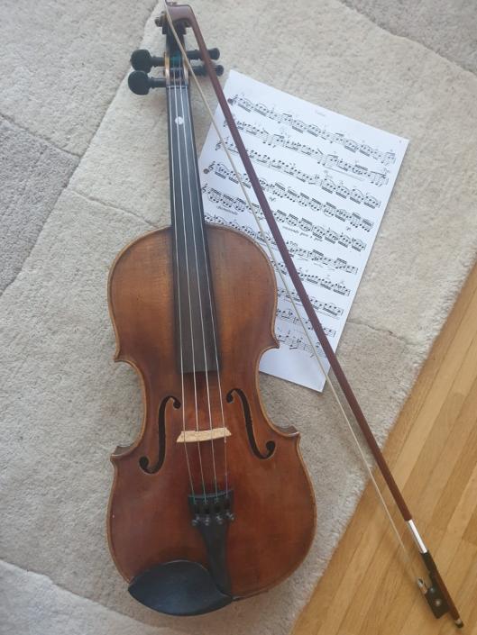 """Frau Prof. Koch-Pernitsch übt fleißig Geige und bereitet damit auch ihren Nachbarn eine """"Freude""""."""