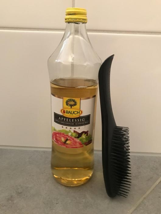 """Frau Prof. Schwarzl """"gönnt"""" ihren Haaren während der Coronazeit eine Apfelessig-Kur."""